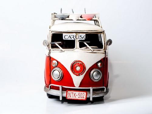 Miniatura Kombi Vermelha e Branca com Pranchas