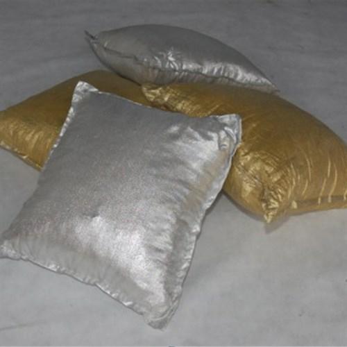 Locação almofada prateada e dourada