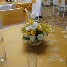 Decoração com flores para bodas de ouro