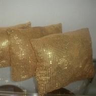 Locação almofada lantejoula dourada