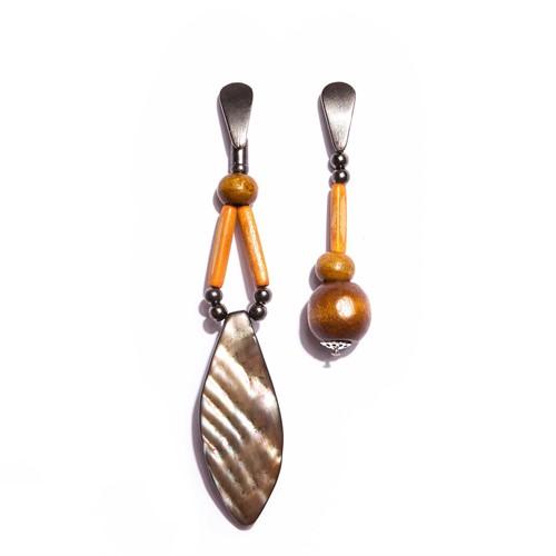 O.B4 Brinco bambu, madeira de reaproveitamento, folha de madrepérola e metais banhados a grafite