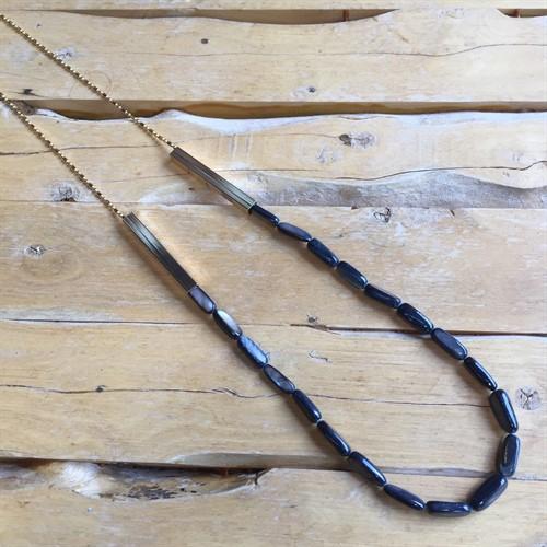 C.X69.1A Colar canutilhos de madrepérolas azuis e metais banhados a ouro