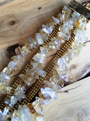 P59 Pulseira pedra natural citrino em cascalho e metais folheados a ouro.
