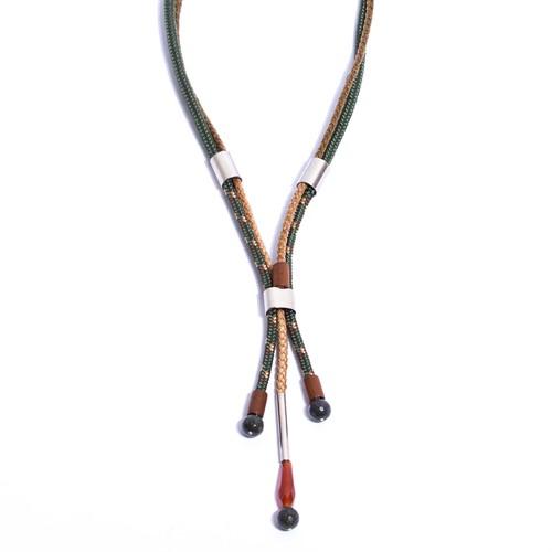 NU.C8 Colar longo couro trancado, corda, madeira, pedra Agata, Jaspe verde e metais paládio
