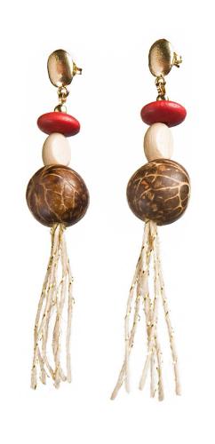 BN.B12 Brinco produzido com sementes de Paxiubinha, contas de madeira e juta dourada.