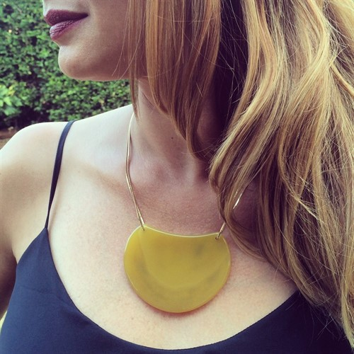 EPS.184.AA Colar pedra Meia Lua Ágata amarela com metais banhados a ouro