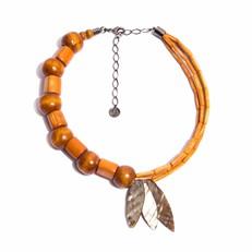 O.C4 Colar curto bambu laranja, semente de Jarinas, folhas de Madrepérolas e metais banhados a grafite