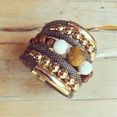 F16.BCT2.O Bracelete pedra Olho de Tigre, Pedra Howlita, Madeira certificada e metais banhados a ouro