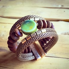 BCT.101 Bracelete discos de madeira, cerâmica, malha de alumínio e metais folheados o ouro.