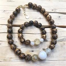 BN.C33.B  Conjunto de Gargantilha e Pulseira com pedras Ágata Brancas, Pedras Quartzo Rutilo, Sementes de paixubão e metais banhados a ouro