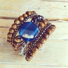 BCT.J03.G (azul) Bracelete contas de madeira certificada, pedra Ágata, cristais e metais banhados a grafite