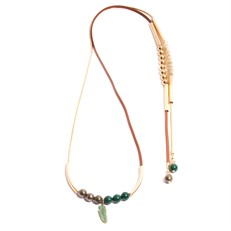 TR.C8 - Colar longo pedra Jade verde, perolas shell, couro e metais banhados a ouro