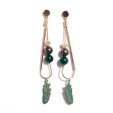TR.B8 - Brinco longo pedra Jade verde, perolas shell e metais banhados a ouro