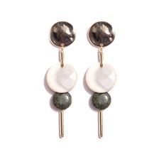 TR.B7 - Brinco medio discos pedra Howlita, jaspe verde e metais banhados a ouro