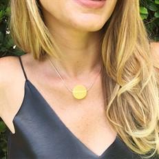 EPS.A8 Colar pingente com pedra brasileira Ágata amarela e corrente banhada a ouro.