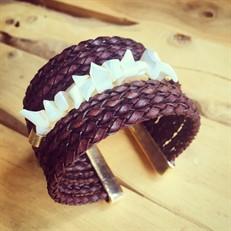 BCT.MADRE Bracelete couro trançado café e madrepérolas em cascalho com metais banhados a ouro