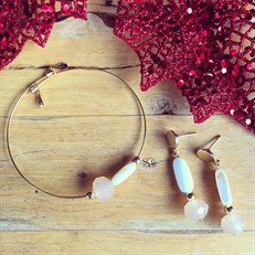 CJ.N4.3 (PÊSSEGO/BRANCO) Conjunto de Pulseira e Brinco com cristal Pêssego e canutilho de madreperola branco, com metais banhados a ouro