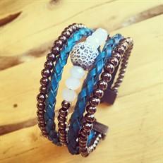 BCT.47 (azul) Bracelete curto com fecho, pedra natural Agata esponja, cristais, couro trançado azul e metais banhados a grafite