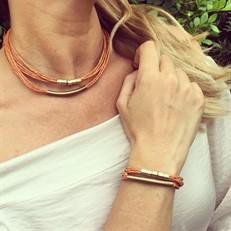 CJ.N1 (ABOBORA) Conjunto colar e pulseira feitas com fibras naturais (palha de arroz) e metais banhados a ouro e ouro velho