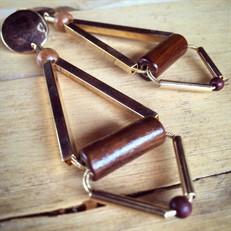 M.B10 Brinco longo triangulo madeira e metais banhados a ouro