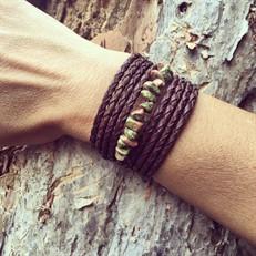 BCT.UNAK Bracelete Pedra Unakite em cascalho, couro trançado e metais banhados a ouro