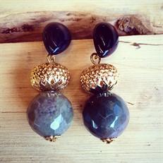 B3.AGO1 Brinco pedra natural gota Ágata e esfera de Ágata com facetamento briollet e metais folheados  a ouro.