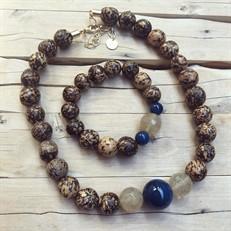 BN.C33.A Conjunto de Gargantilha e Pulseira com pedras Ágata azuis, Pedras Quartzo Rutilo, Sementes de paixubão e metais banhados a ouro