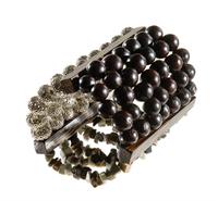 LR.P10 Pulseira de semente de saboneteira, madrepérola negra em cascalho, entremeios de Pupunha e metais banhados a paládio