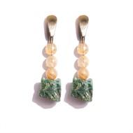 TR.B3 - Brinco me´dio pedras Quartzo Rutilo e pedra Jade Esmeralda ru´stica com metais banhados a ouro
