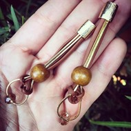 M.B1 Brinco médio madeira, cristais, couro e metais folheados a ouro