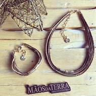 CJ.N1 (MARROM/OCRE) Conjunto colar e pulseira feitas com fibras naturais (palha de arroz) e metais banhados a ouro e ouro velho