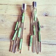 B.2(verde) Brinco longo e metais folheados a ouro.