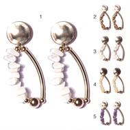 B17 (2) Brinco pedras em cascalhos e metais banhados a ouro
