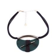 CP.C8.V (verde) Colar pedra Meia Lua Ágata , couro ecologico café e metais banhados a ouro