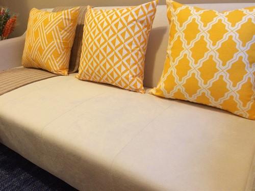 CAPA BASIC TRIÂNGULOS 45 x 45 - Amarelo
