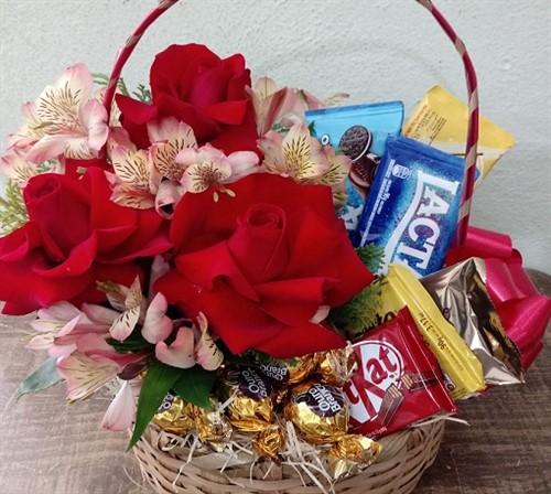 Cesta Flores e Chocolates Diversos