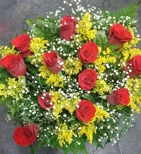 Arranjo encanto com rosas e bombons sortidos + Pelúcia