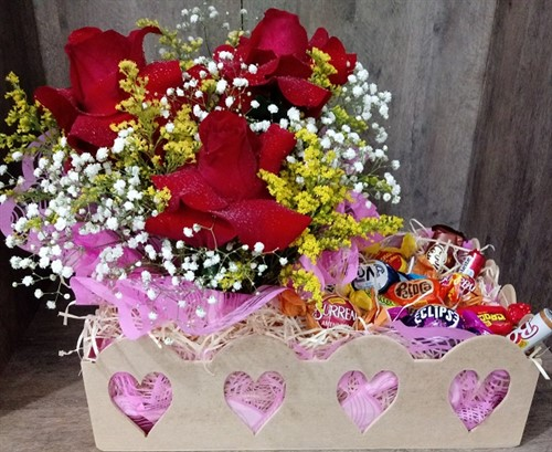 MEGA PROMOÇÃO DO DIA - Arranjo encanto com rosas colombianas e bombons sortidos