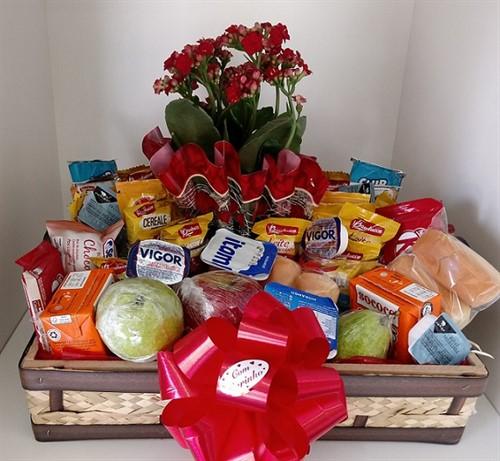 Cesta de café da manhã para o casal 79 itens - Acompanha 02 rosas vermelhas