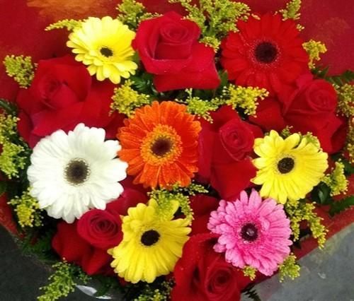 Bouquet de rosas colombianas e gérberas