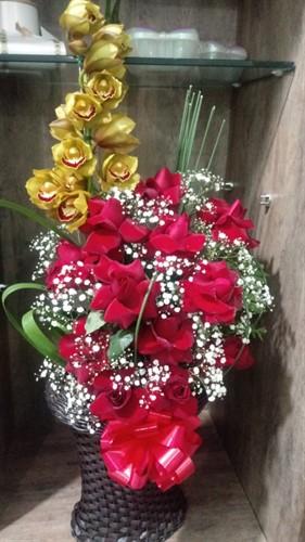 Lindo Arranjo Orquídea Cymbidium com Rosas