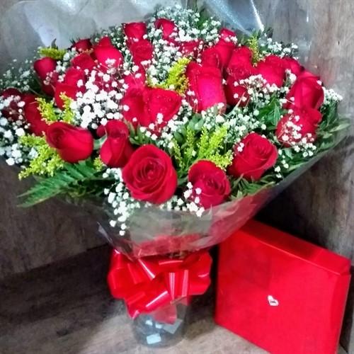 Bouquet 24 rosas vermelhas + Ferrero Rocher 12 unidades