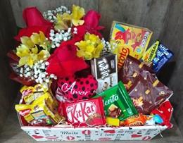 Linda cesta de chocolates e flores