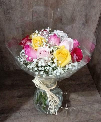 Arranjo colorido de rosas no vidro