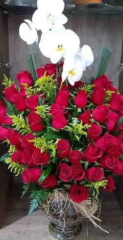 Arranjo com Orquídea e 50 Rosas Vermelhas
