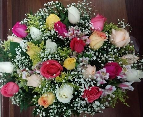 Bouquet 24 rosas colorido com astromélias