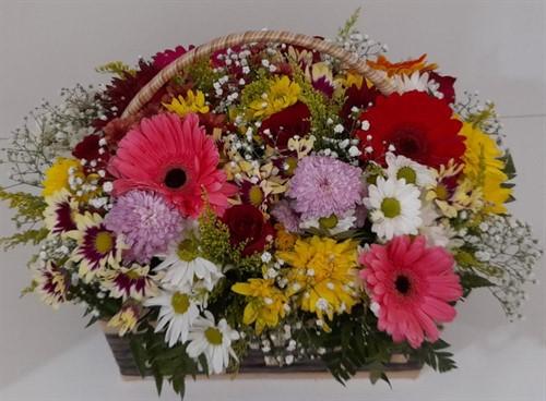 Linda cesta de flores do campo