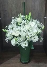 Lindo arranjo lírios e rosas brancas no vidro